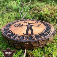 Schamane mit magischer Sonnenrad Trommel und Runen Zirkel Umrandung